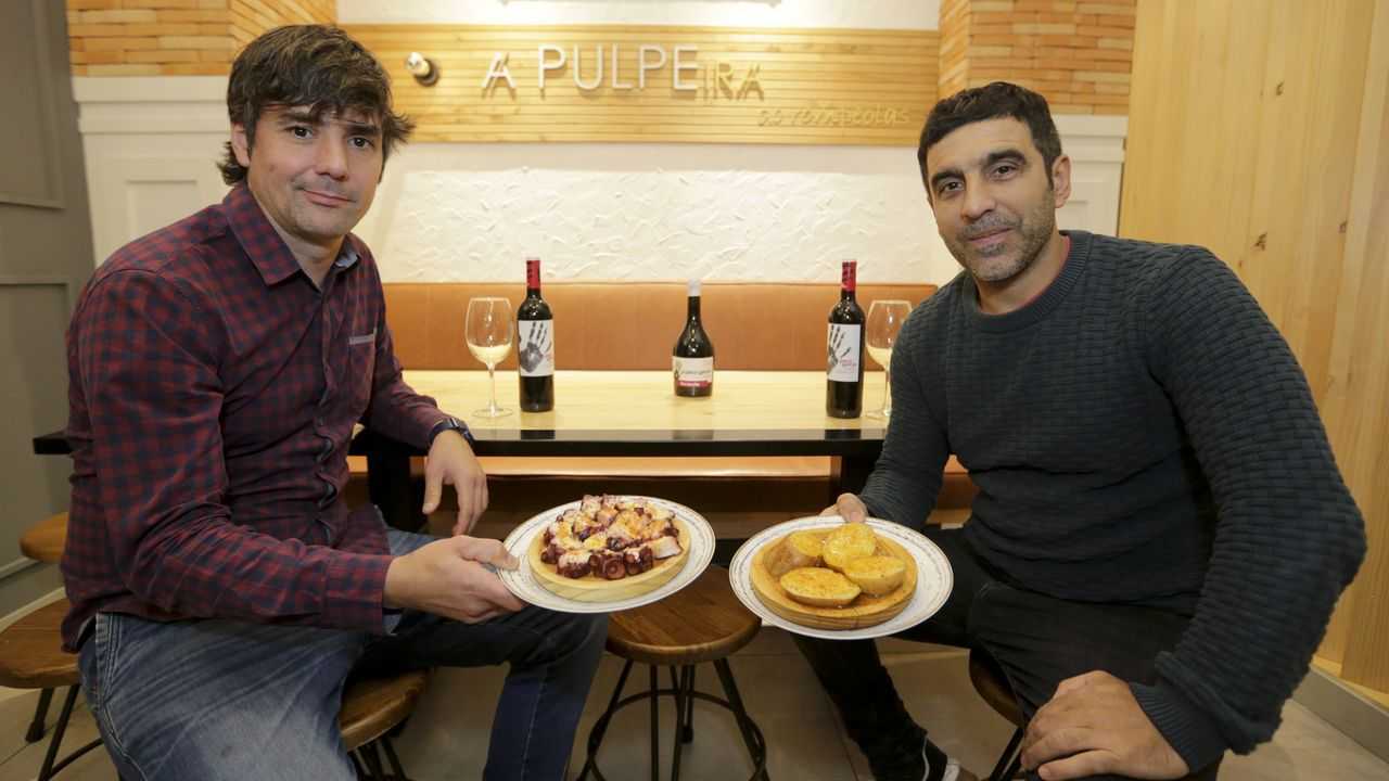 Francisco y Javier Fraga, en su local de Riazor.