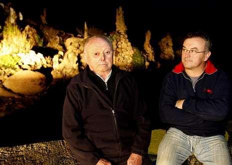 Antonio Pose, con su padre Laureano, delante de los restos de la obra de Man en Camelle.