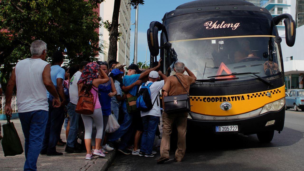 Las consecuencias de la crisis del diésel ya se han comenzado a notar en la calle, con gente  en busca de transporte y autobuses urbanos desbordados