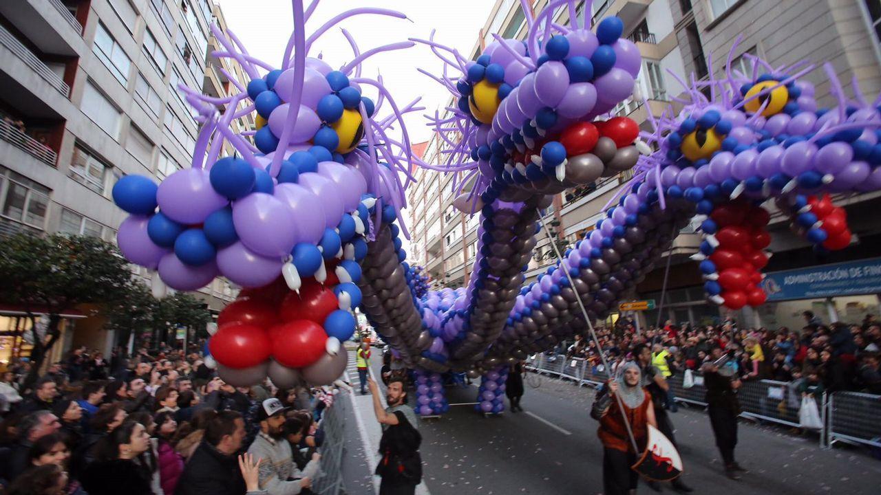 Vigo se echa a la calle para recibir a los Reyes Magos.Varios manifestantes, entre ellos dos jóvenes envueltas en una bandera LGTBIQ, en el Campo Valdés