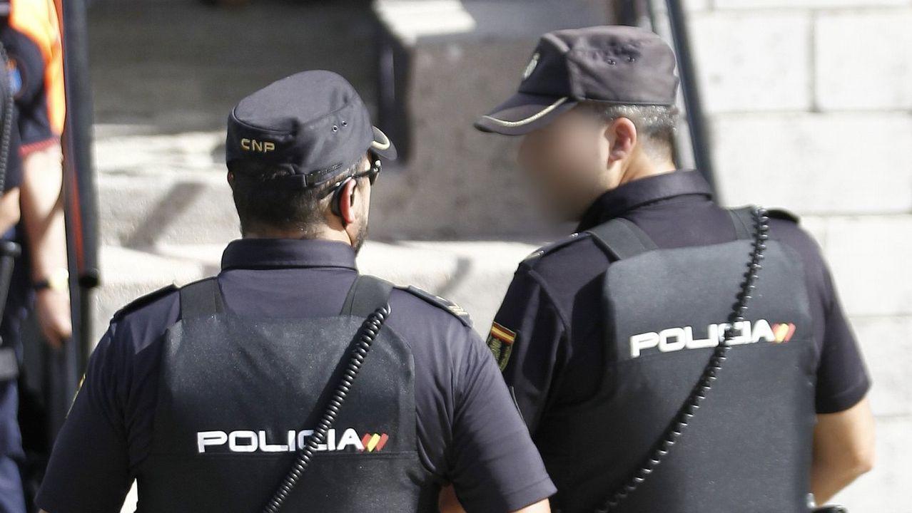 carbón, minerales, Gijón.Efectivos de la Policía Nacional