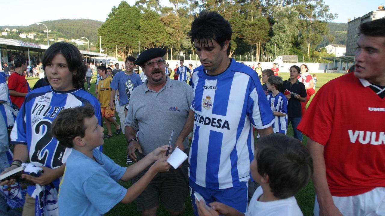 Valerón rodeado de niños en una visita a Cantarrana, en 2003