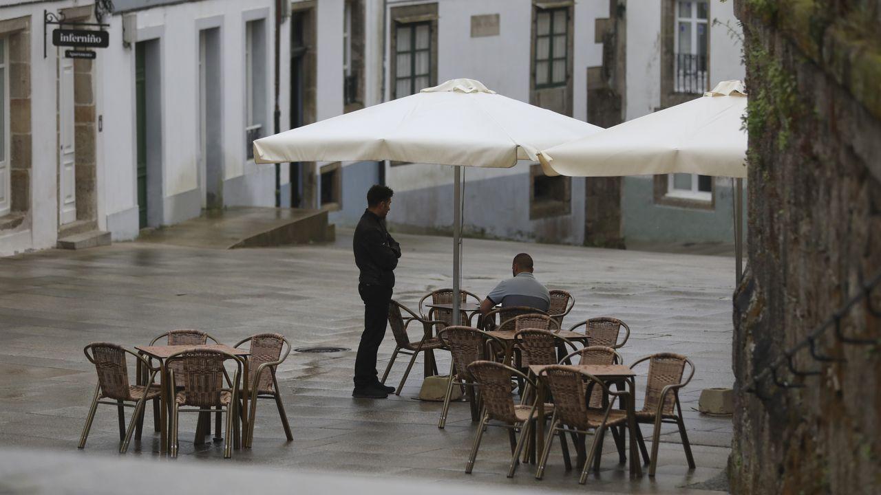 Galicia se zambulle en la fase 2: primeros chapuzones, gente en los bares y vuelta a las clases.Facultad de Ciencias de la USC en Lugo. Prácticas de laboratorio en casa