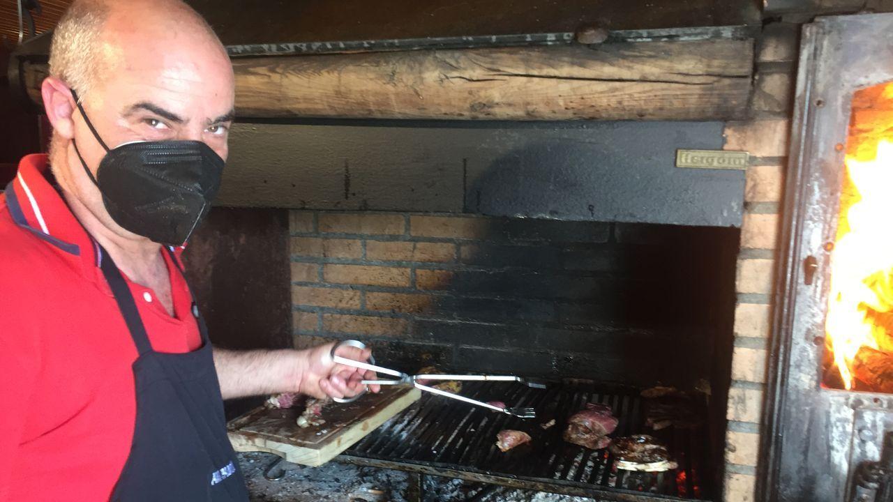 José Luis, preparando a la parrilla la carne de ternera