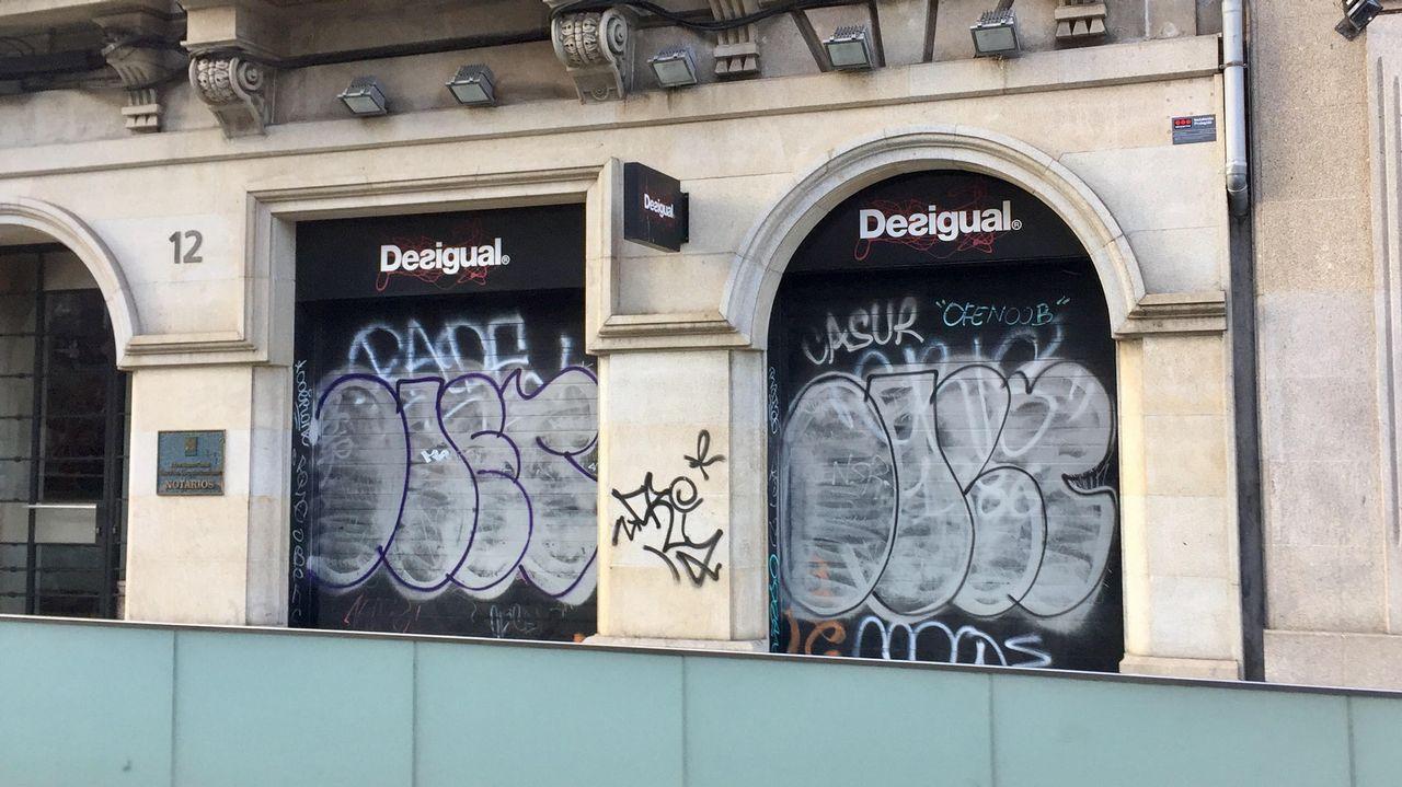 Decenas de«grafitis» decoran las tiendas de Urzaiz.Concentración de la Corriente Sindical d'Izquierda en contra de Glovo