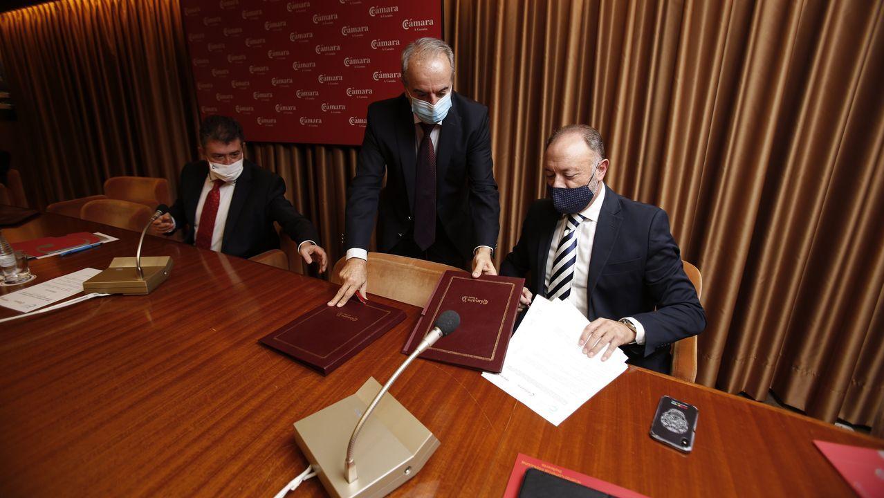 Juan Ignacio Borrego, Antonio Couceiro y Víctor Moneo firmaron el convenio en la sede de la Cámara de Comercio