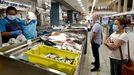 Clientes este miércoles, en una de las pescaderías del mercado de Teis, en Vigo