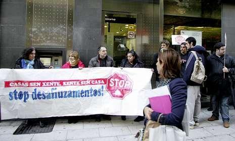Stop Desahucios se concentró ante el banco, en Xeneral Pardiñas, que ofreció una solución.