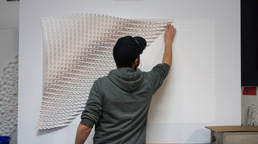 Ocas se vuelca con Palu.Matt Shlian componiendo una de sus obras de papelsatélite, el Sputnik 1