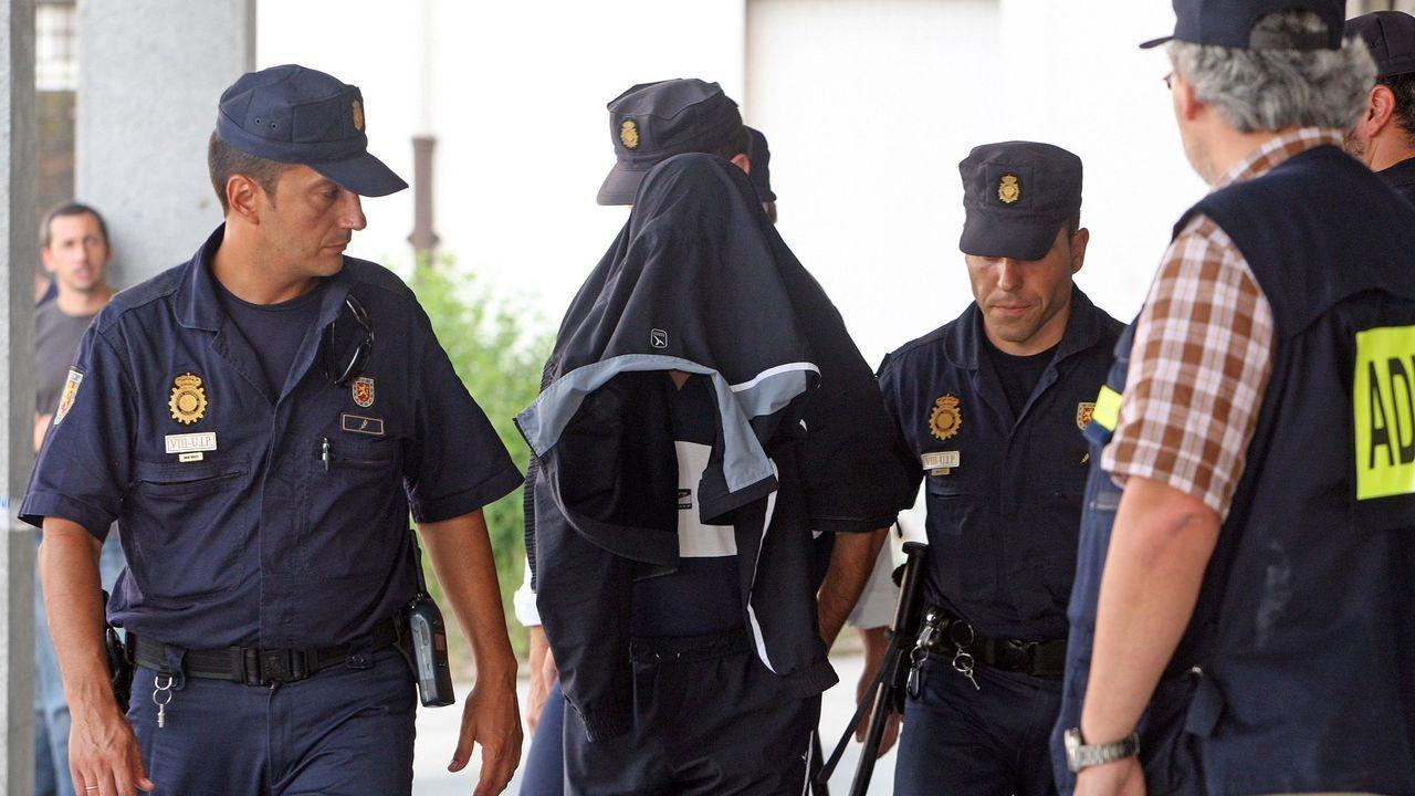 Uno de los detenidos, conducido por agentes de la Guardia Civil y la Policía Nacional