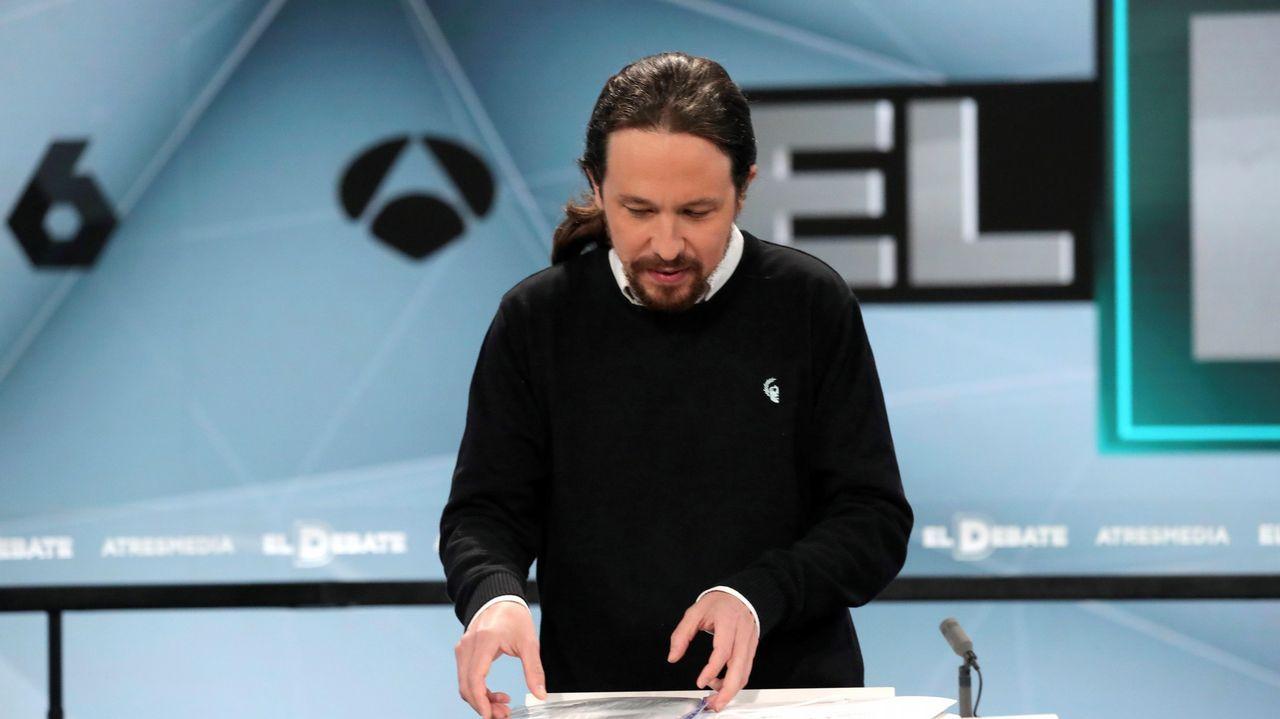 «Ana Pontón quere dicirche algo».Pablo Iglesias prepara sus papeles durante el debate
