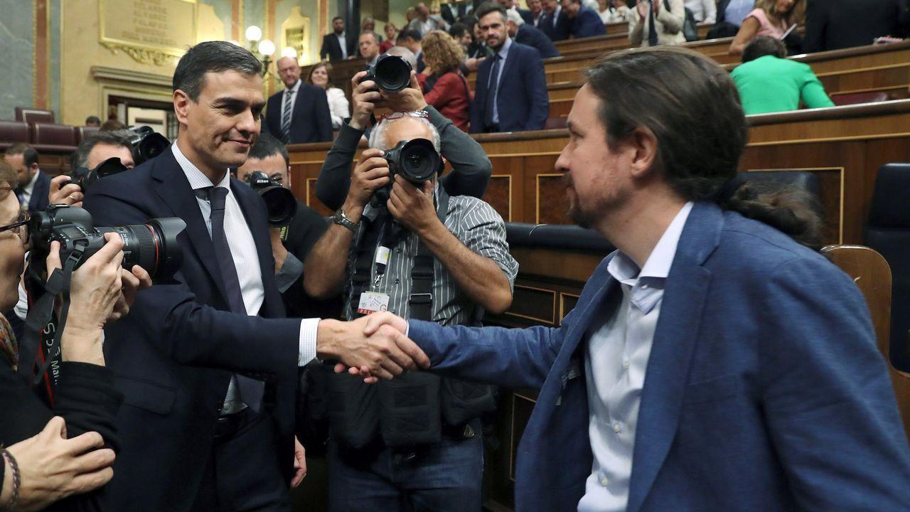 Mariano Rajoy se acerca a saludar al ya nuevo presidente del Gobierno, Pedro Sánchez, justo después de su investidura.