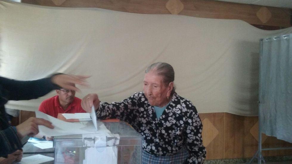 Una mujer de 106 años vota en Carballeda de Avia (Ourense).