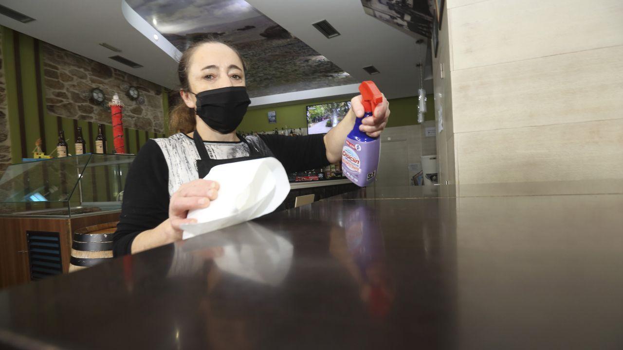 Labores de desinfección y de limpieza de manos en el bar O Bocho de Laxe