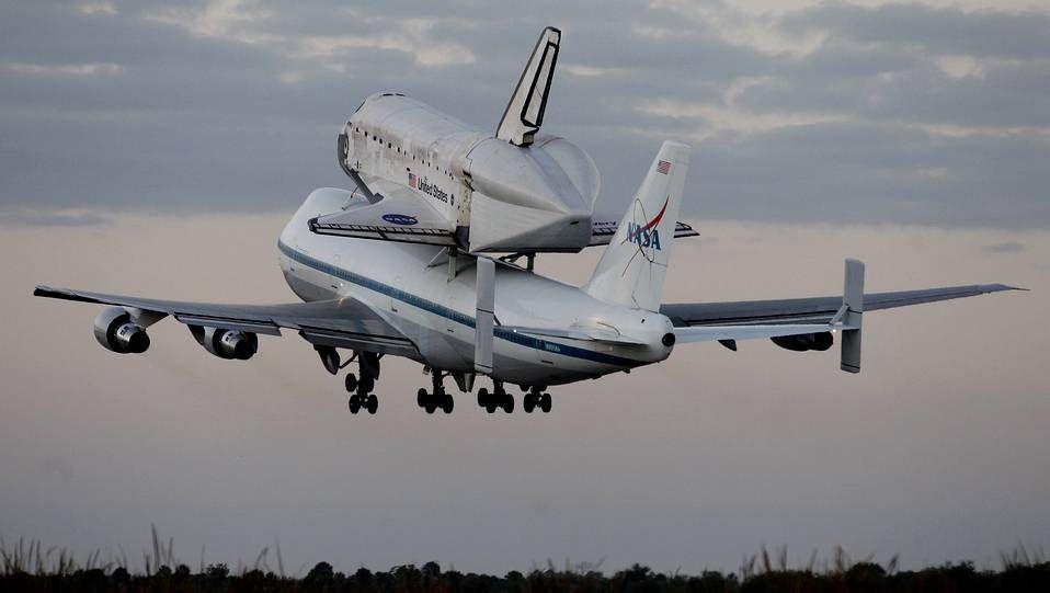 El «Discovery» surcó hoy el cielo por última vez sobre un avión de la NASA