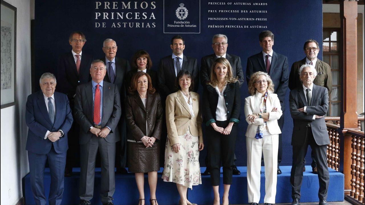 El jurado del Premio Princesa de Asturias de Comunicación y Humanidades, presidido por Victor García de la Concha (2i, segunda fila) inició hoy las deliberaciones de este galardón, al que optan veintisiete candidaturas de diez nacionalidades y cuyo ganador se dará a conocer mañana en Oviedo