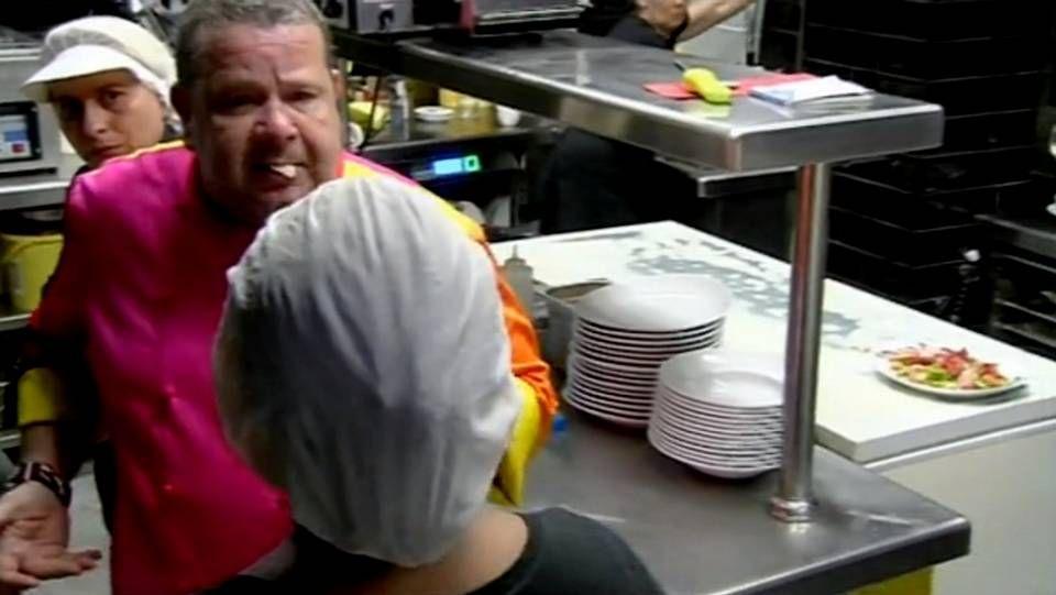 Chicote, con un trozo de bacalao en la boca, en pleno enfrentamiento con la cocinera Estrella