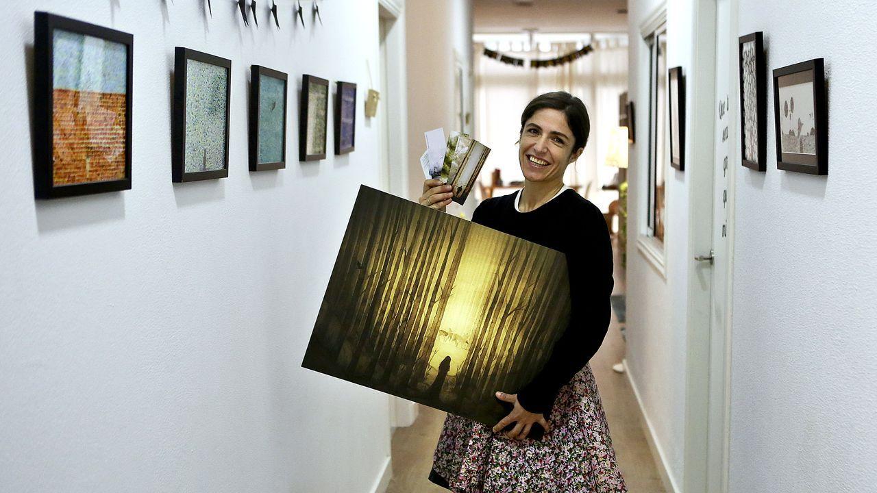 El reloj del IES Santa Irene, a punto para las campanadas.El libro incomodo, obra en papel y metacrilato de Sofía Madrigal, del año 2004.