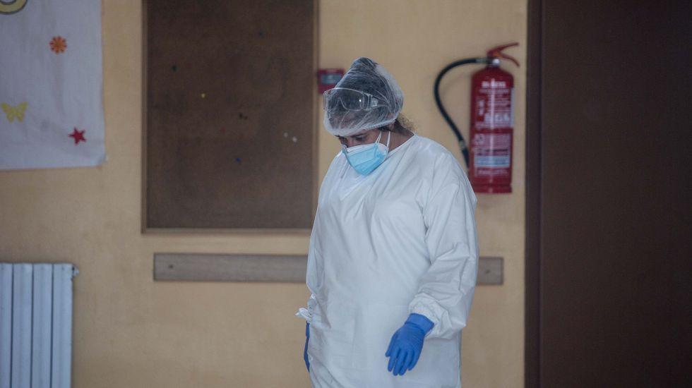 Feijoo comparece tras el comité clínico de expertos sanitarios.Personal sanitario, ayer, a la entrada de la residencia de mayores de O Incio
