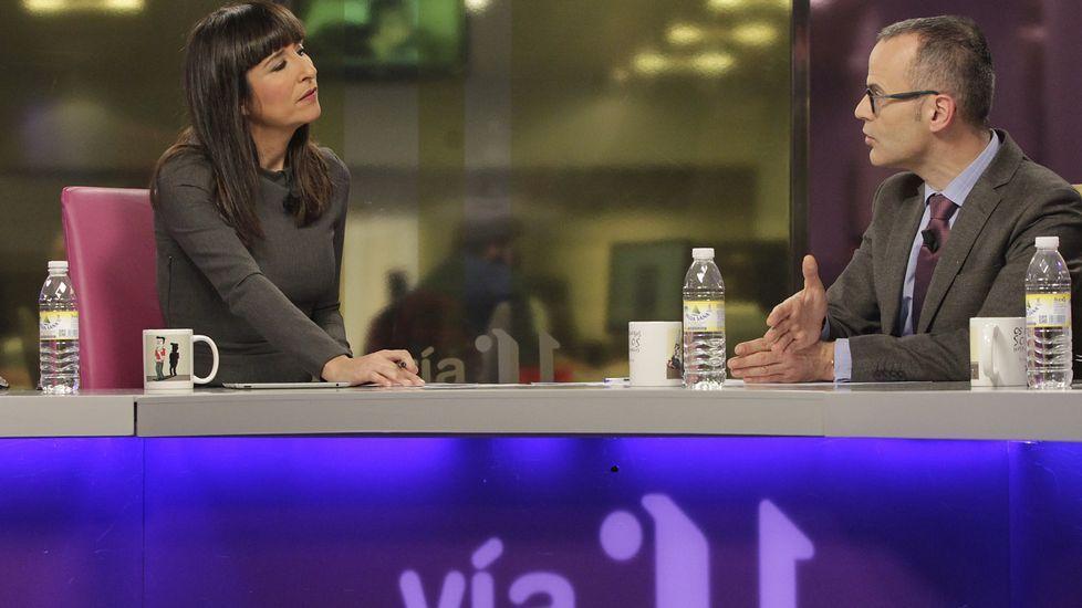 Enrique Iglesias explica por qué eligió Galicia para el videoclip «DeNoche y de día».Imagen del rodaje del polémico clip de Enrique Iglesias; arriba As Catedrais y un delfín muerto ayer en la playa ribadense.
