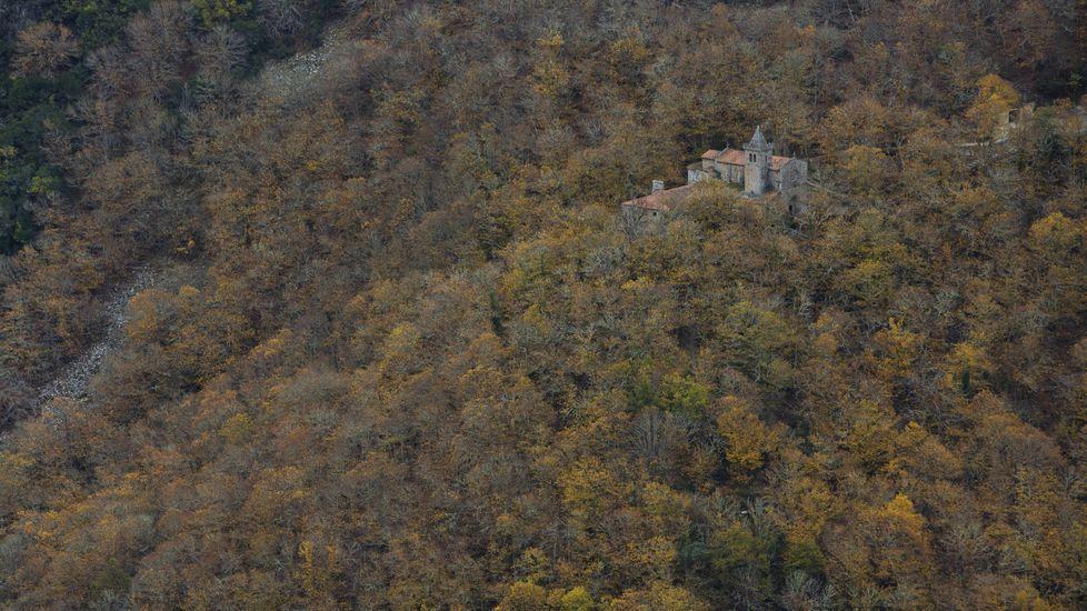 El convento de Santa Cristina, entre csataños en la orilla sur del cañón del Sil