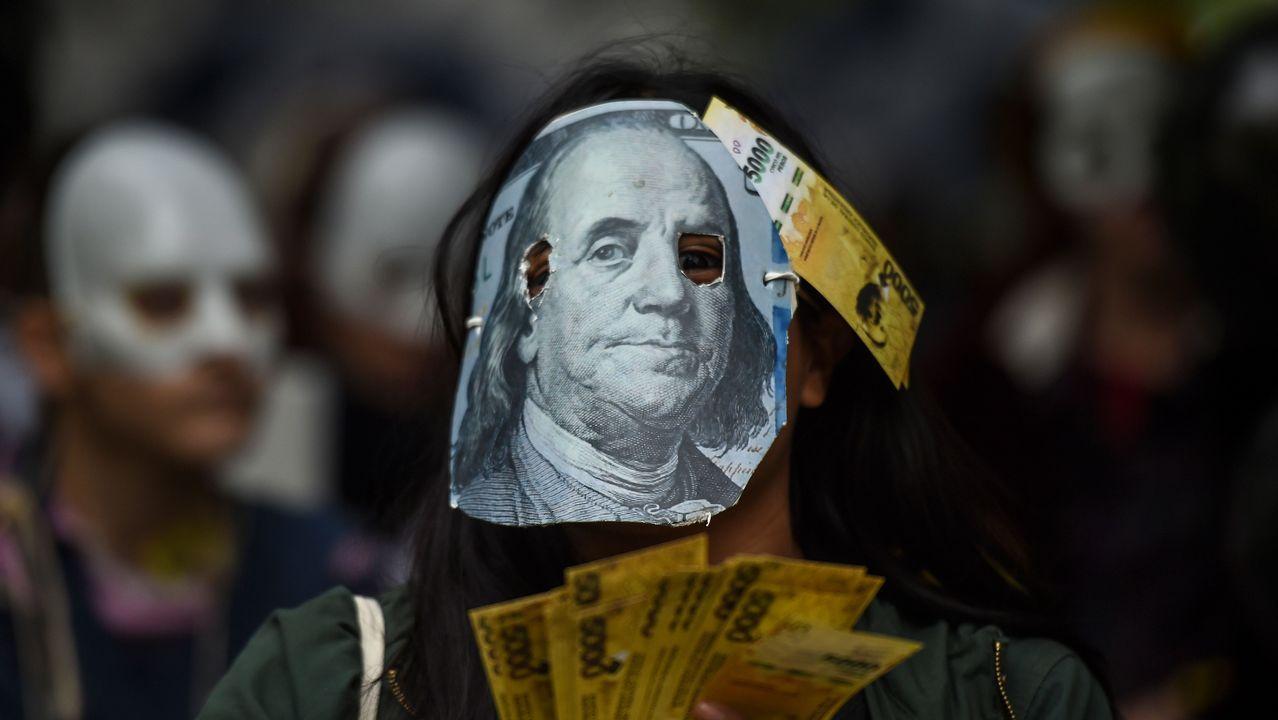 Una persona protesta contra las negociaciones del Gobierno argentino con el FMI en Buenos Aires