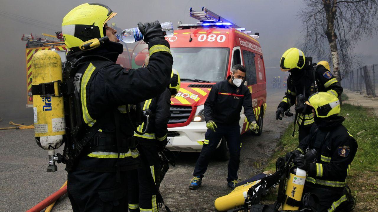 Los bomberos trabajaron a destajo para controlar el incendio