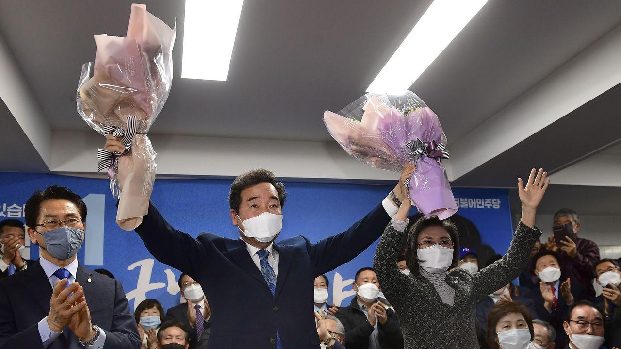 Exámenes al aire libre en Corea del Sur.El primer ministro Lee Nak-yon levantan ramos de flores en el colegio electoral en el distrito Jongno de Seúl