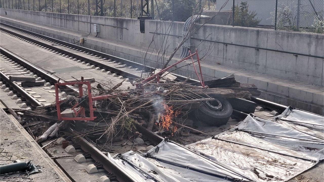 Las barricadas colocadas el lunes en la vía del AVE, en Gerona, provocaron algunos retrasos en esta línea