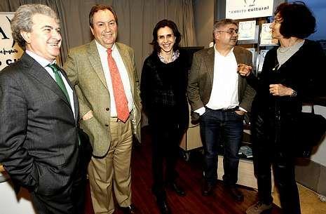 Ramón Loureiro, segundo por la derecha, con los autores que participaron en la presentación.