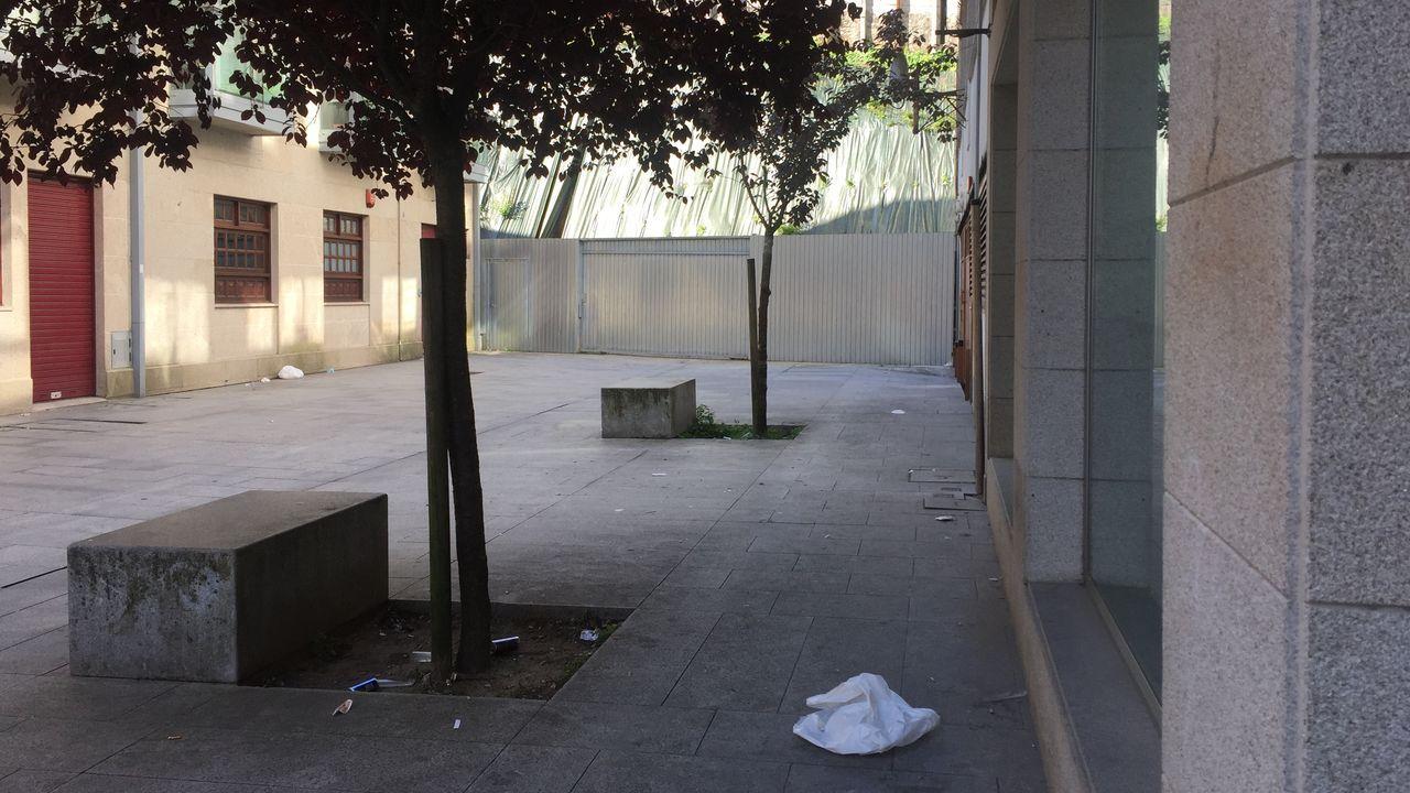 La Rosaleda estrena su nueva cara.El callejón Padre Sobreira, en Pontevedra, amaneció el domingo con restos del consumo de bebidas y comida en la calle