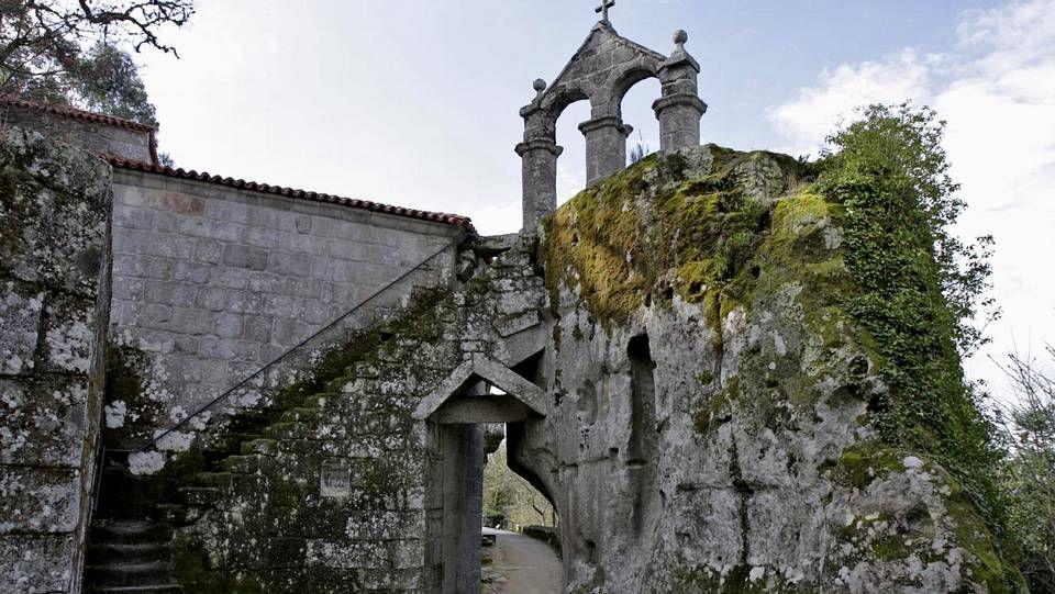 Monasterio de San Pedro de Rocas en Esgos. Su principal atractivo es su campanario, construído sobre una roca.