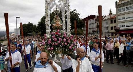 A Moreniña, portada por cofrades de Rianxo, durante a procesión polo paseo da Ribeira.
