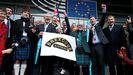 La delegación europea del Partido del Brexit salió este viernes por última vez de la Eurocámara enarbolando la Union Jack  y al son de una gaita escocesa