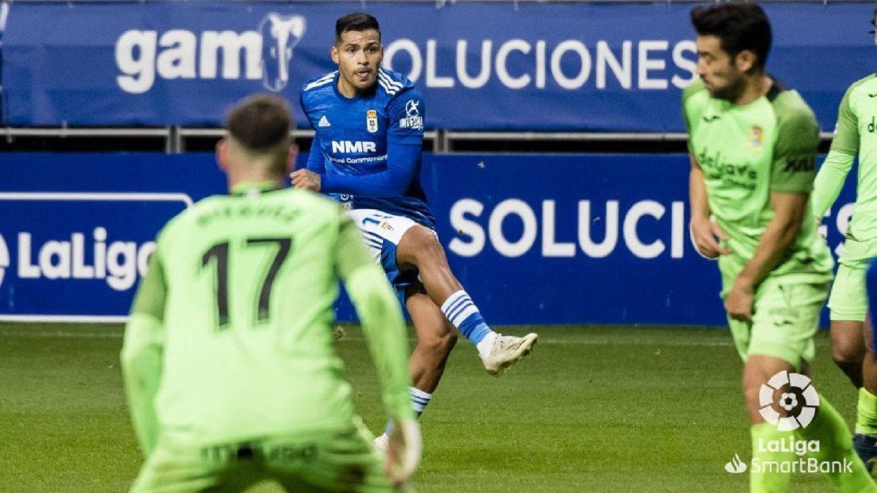 gol Nahuel Real Oviedo Fuenlabrada Carlos Tartiere.Nahuel Leiva dispara a portería para anotar el 1-0 ante el Fuenlabrada