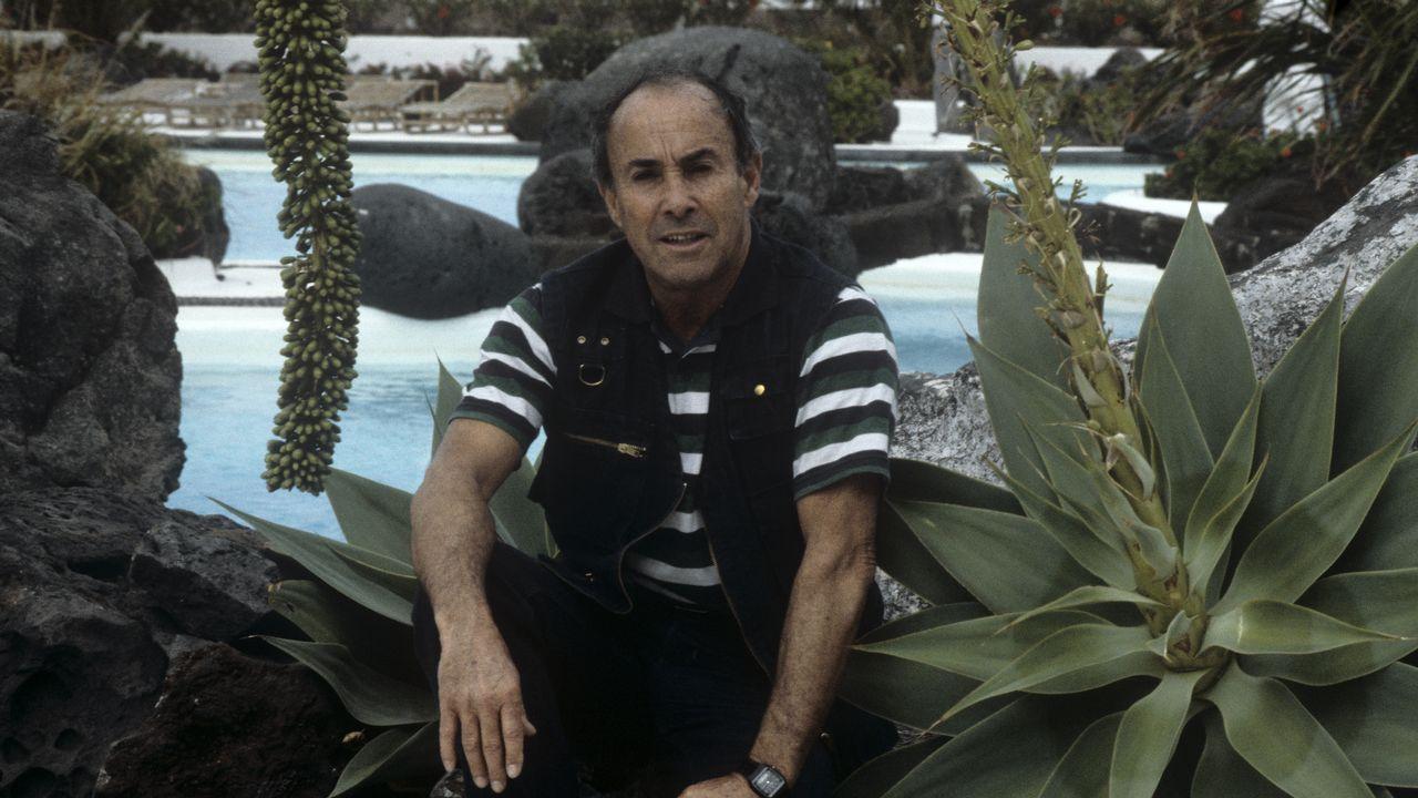 Candidato a los 100 años.César Manrique, en la piscina de Los Jameos del Agua, en 1982