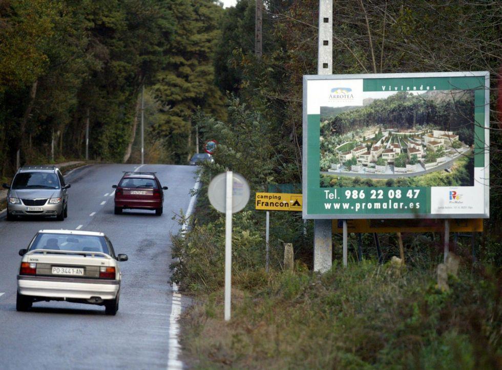 Cartel promocional de la proyectada urbanización de Promalar en Aldán, en foto de archivo.