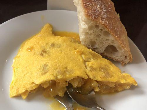 El «making off» de la verdadera tortilla de Betanzos.Imagen de archivo de escolares del Vales Villamarín