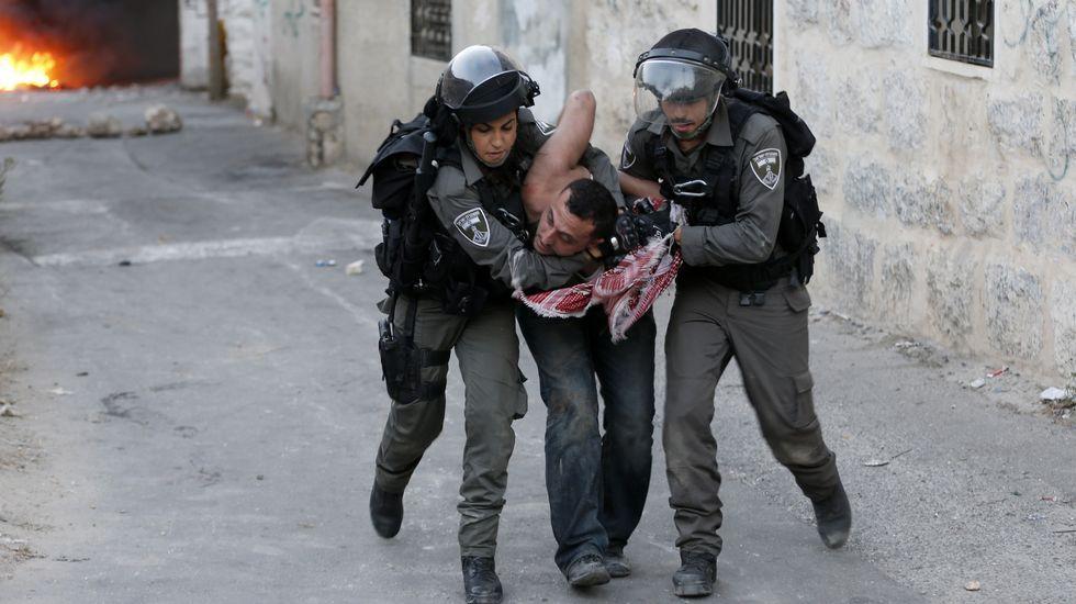 Un palestino arrestado por la Policía fronteriza durante los choques con las fuerzas del orden israelíes.