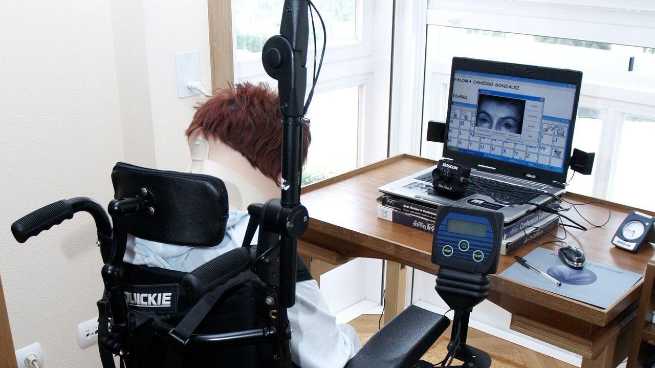 Todas las imágenes de la familia real en Asiegu.Paciente con un ordenador controlado con la vista