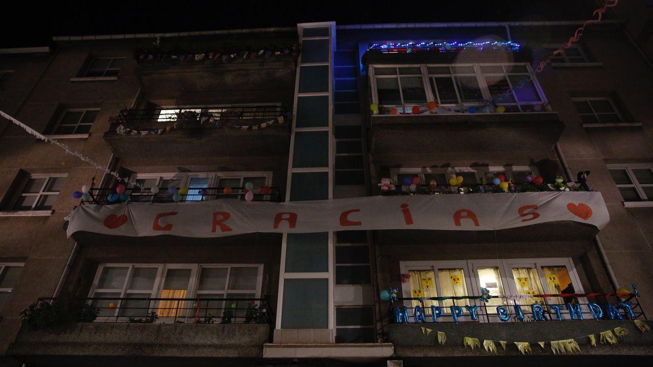Vecinos de A Coruña felicitan el cumpleaños a Amancio Ortega cantando