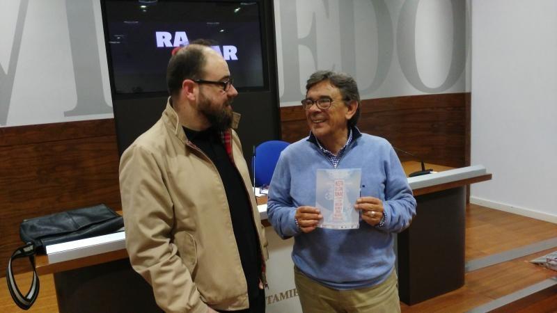 Pablo de María, director técnico de Radar (izquierda), junto a el concejal de cultura Roberto Sánchez Ramos