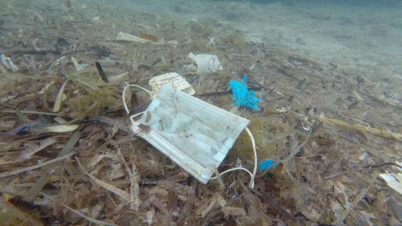 El débil anticiclón de las Azoresmantiene a Galiciasin sol.Playa, de Muros, llena de basura y plasticos, en una imagen del 2014