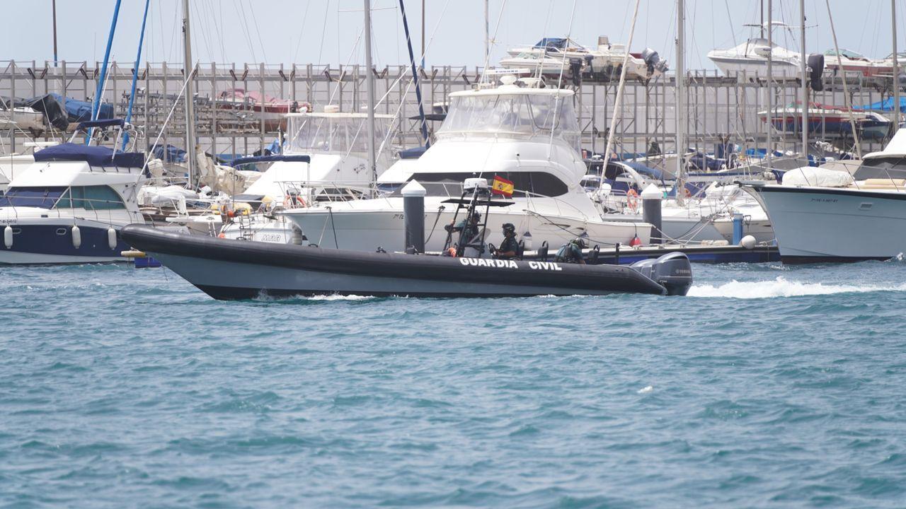 Una de las lanchas que participa en el operativo de búsqueda entra en el puerto de Tenerife