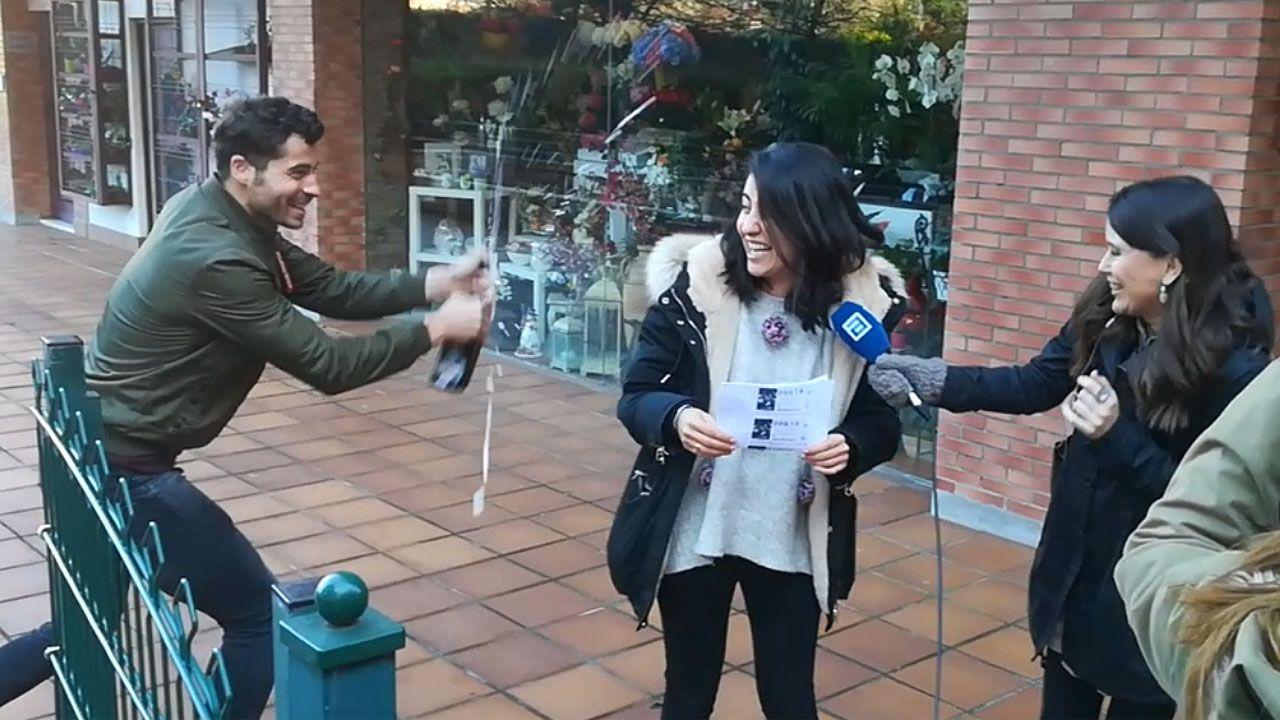 Borja Álvarez-León, lotero de la calle Manso, en Gijón, que vendió parte del quinto premio del sorteo de la Lotería de Navidad.Los premiados con un tercer premio en Gijón festejan su buena suerte