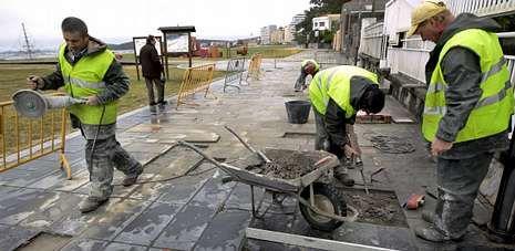 Los operarios sustituirán las losetas desprendidas y repararán una superficie total de 800 metros cuadrados en el paseo.
