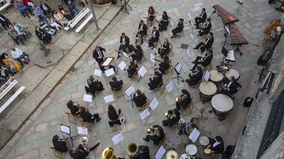 Música de banda en Cee: algunas de las imágenes del Memorial Manuel Rebollar.Una de las meriendas, ayer, en San Fins do Castro, Cabana