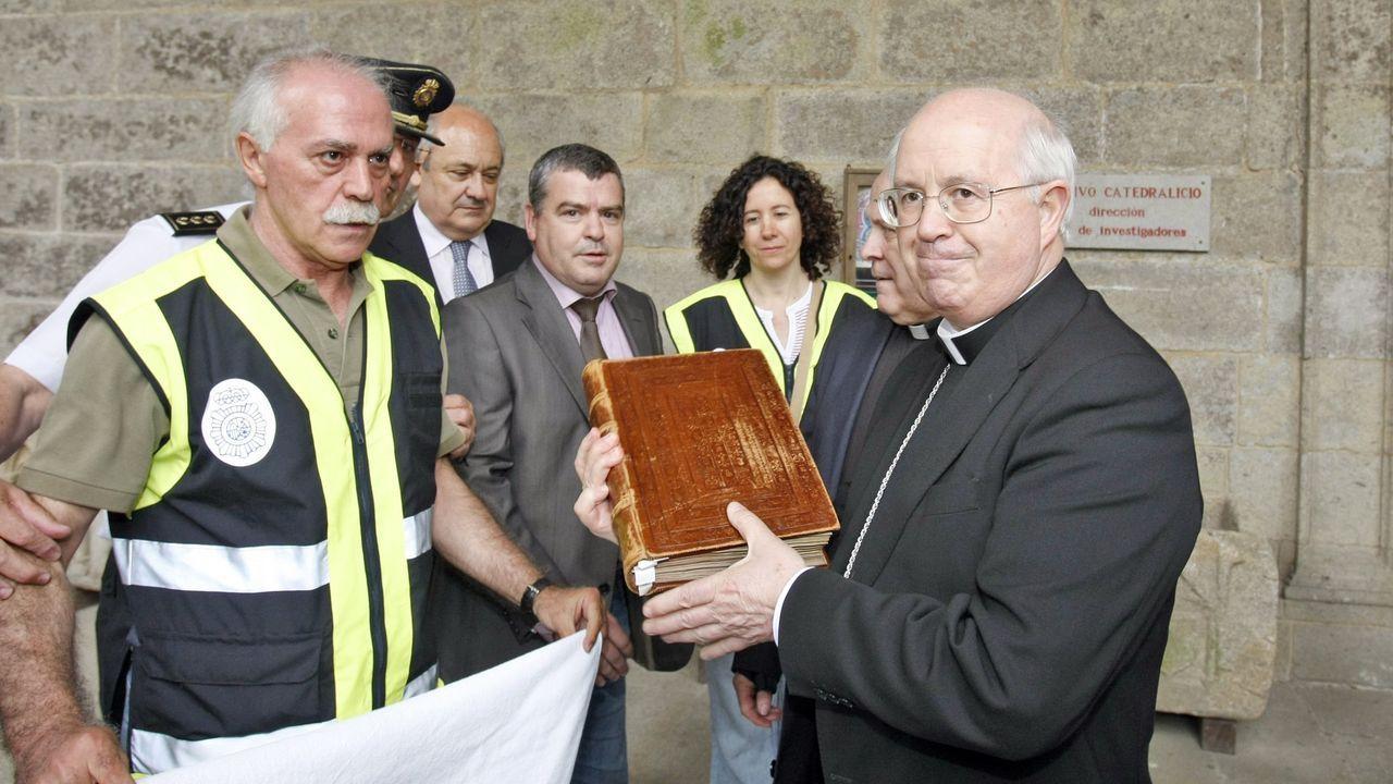 El jefe de la Brigada de Patrimonio de la Policía Nacional, Antonio Tenorio, y el juez Vázquez Taín entregan el Códice Calixtino al arzobispo de Santiago
