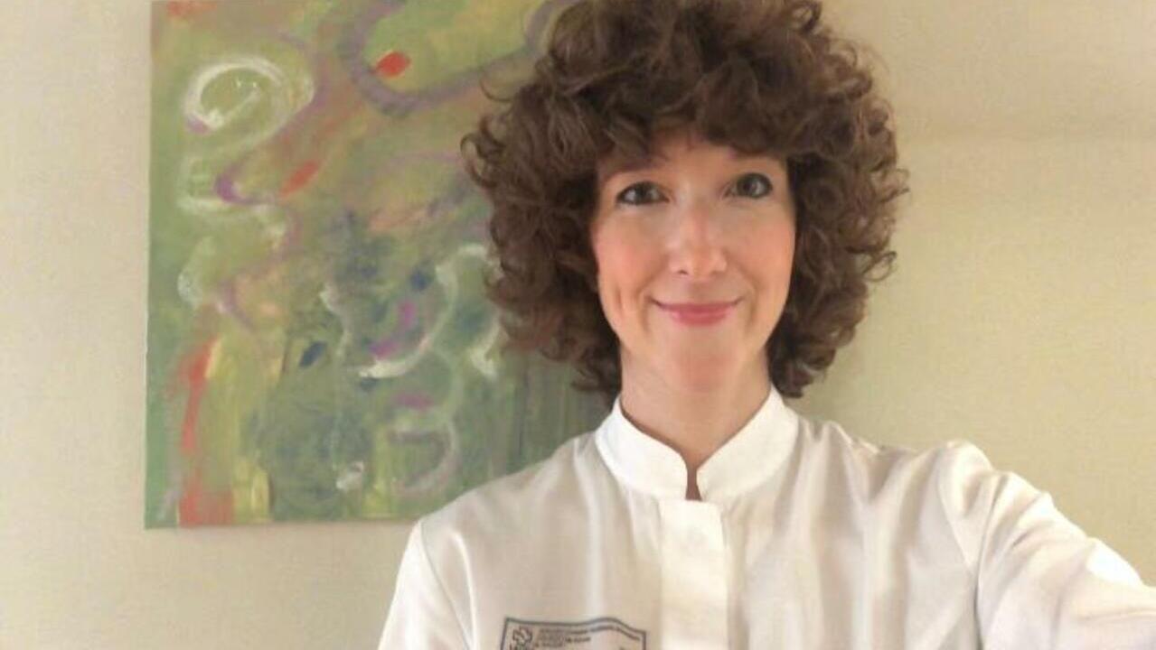 Laura Lozano, médica de familia en Avión, te enseña cómo poner la mascarilla.Mónica Otero, junto a su familia el verano pasado en Ourense