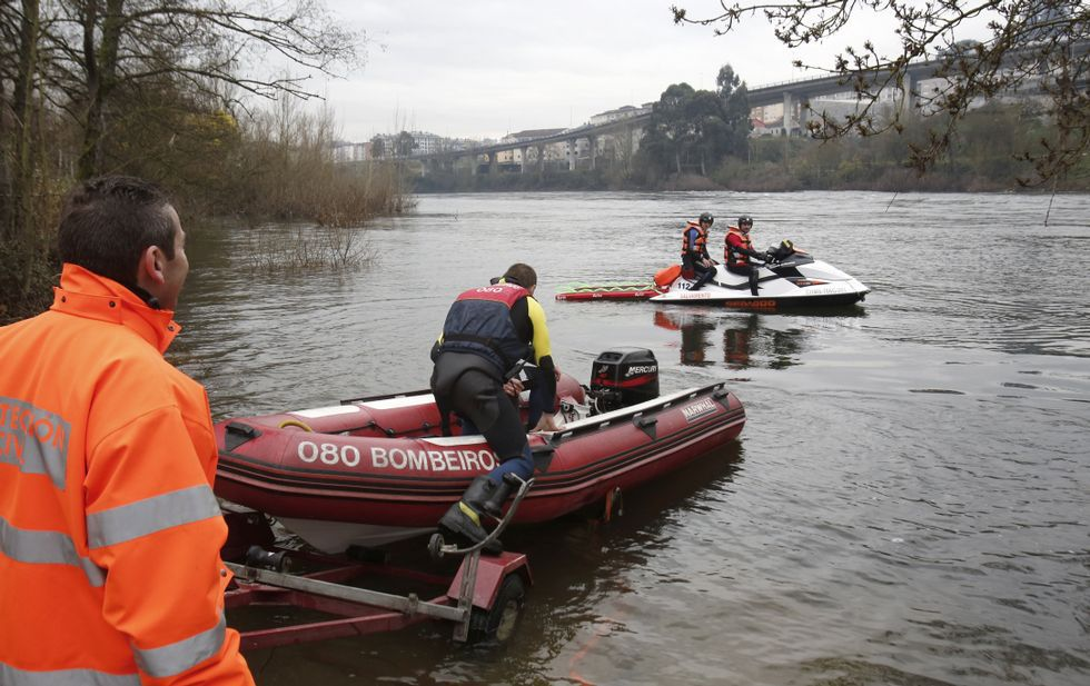Bomberos y Protección Civil volvieron a surcar las aguas del Miño ayer, pero sin hallar nada.